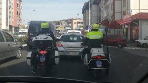 Патрола саобраћајне полиције на моторима на раскрсници код Великог парка